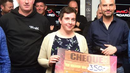 Organisatoren Dolle Strandbalfeesten geven cheque aan professor Filomeen Haerynck