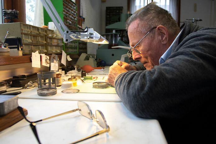 Anthoni de Vos in zijn werkplaats aan huis in Ovezande.
