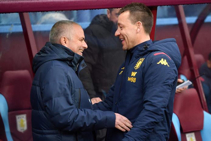José Mourinho met zijn voormalig captain John Terry, tegenwoordig assistent-trainer bij Aston Villa.