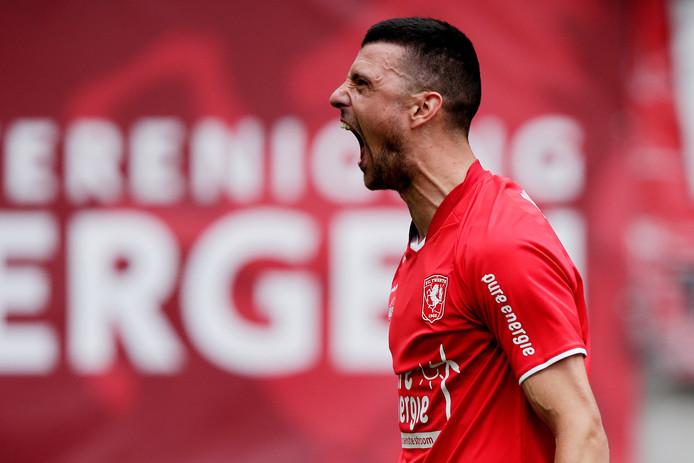 Haris Vuckic juicht nadat hij FC Twente op een 2-1 voorsprong heeft gezet.