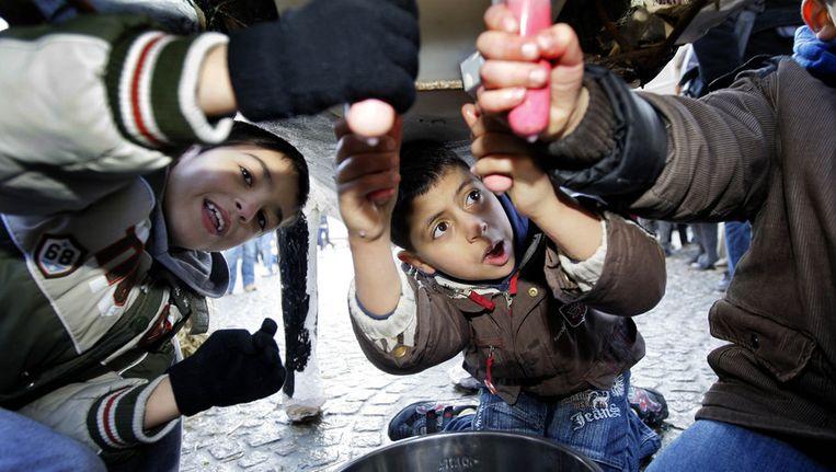 Jonge boertjes melken een kunstkoe, op de Dam in Amsterdam. Kinderen uit verschillende provincies kwamen naar Amsterdam om de stadse kinderen kennis te laten maken met het boerenleven, in 2009. Beeld ANP