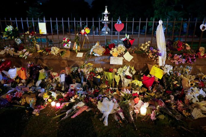 Veel mensen hebben bloemen gelegd bij een van de moskeeën in Christchurch.