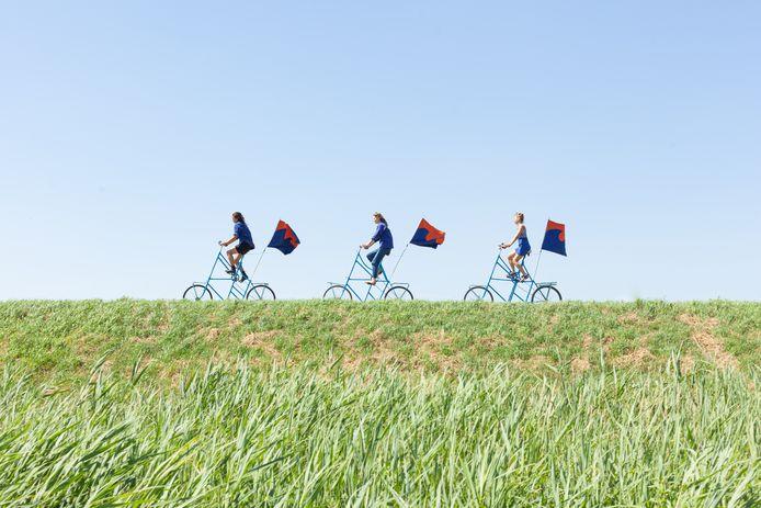 Pam Sikkink, Jette Kelholt en Talisa Kiyiya rijden op deze zelfgemaakte 2 meter hoge fietsen van Cadzand naar het Groningse Bad-Nieuweschans. Een tocht van zo'n 600 kilometer langs de 'nieuwe Nederlandse kustlijn'.