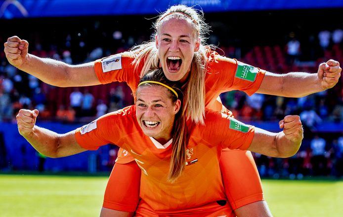 Stefanie van der Gragt hangt op de rug van Anouk Dekker tijdens het succesvolle WK in 2019.