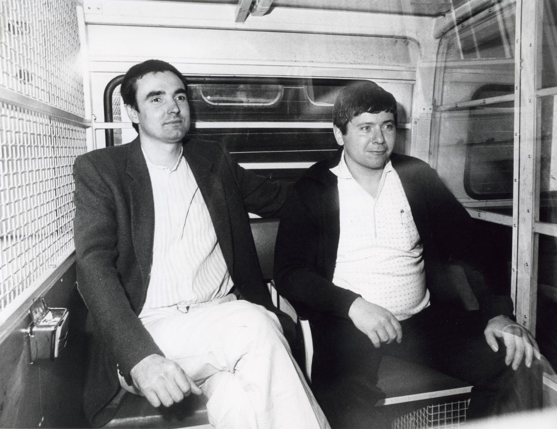 In Amsterdam is de rechtszaak tegen drie van de vijf verdachten in de Heinekenaffaire begonnen, Nederland 26 september 1984. Foto: Twee van de verdachten Frans M. en Jan B. n een arrestantenbusje bij het gerechtsgebouw.  Beeld Hollandse Hoogte / Spaarnestad Photo