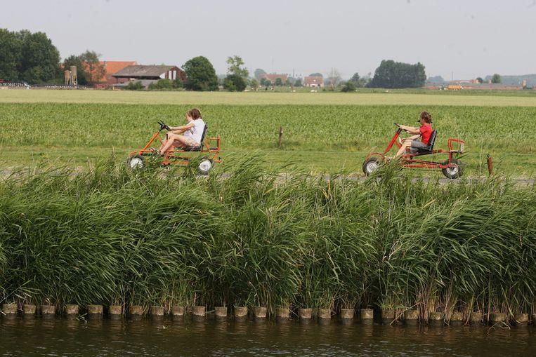 De aanwezigheid van waterwegen, zoals hier de IJzer in Stuivekenskerke, is vaak een pluspunt.