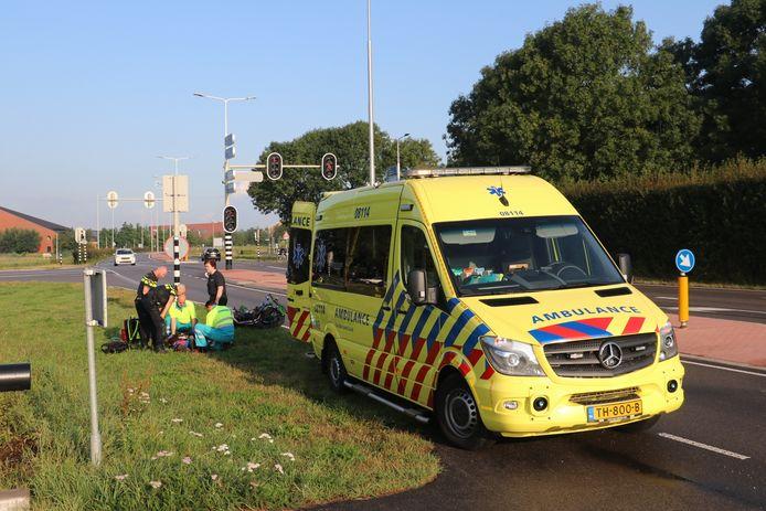 De gevallen motorrijder wordt behandeld in Geldermalsen.