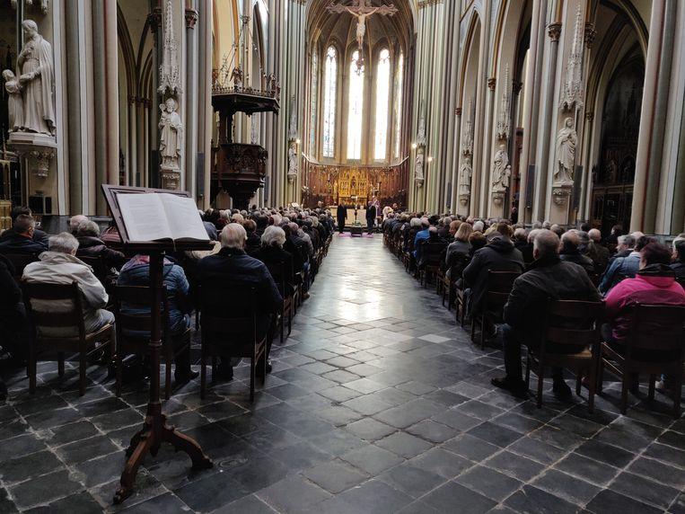 Het afscheid van Firmin Poelman - de kerk zit afgeladen vol.
