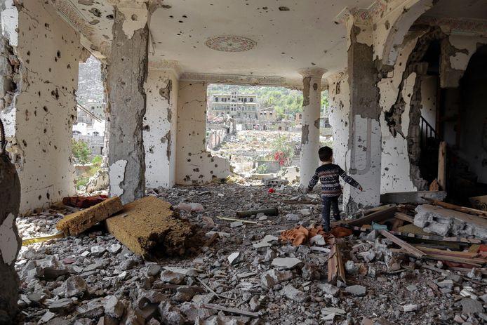 Een kind wandelt door een gebombardeerd gebouw in de zuidelijke stad Taiz. Foto uit november 2018.