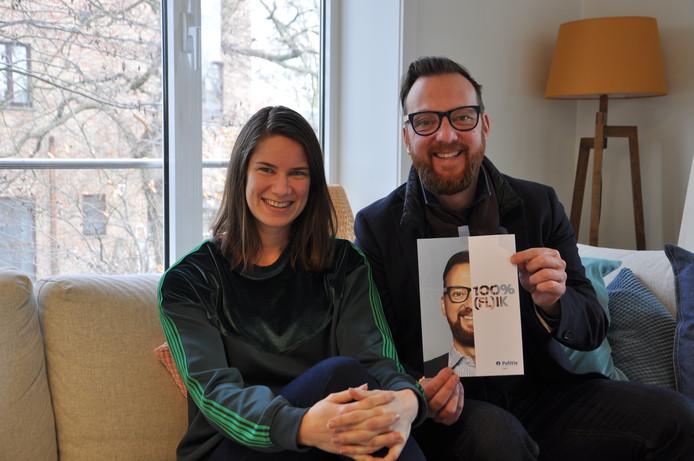 Karen Veeckman en Matto Langeraert bij de foto van Langeraert die bij de campagne gebruikt wordt.