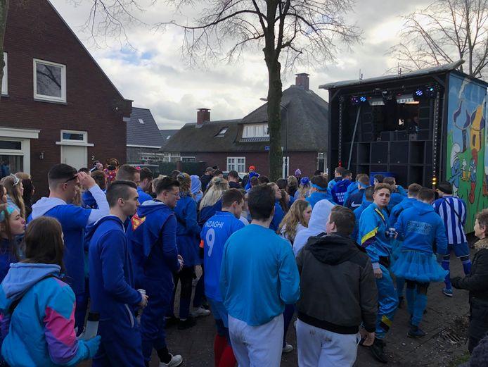 Vertrouwd beeld in Eerde: met de hele groep achter de eigen kar aan, met een biertje en keiharde muziek aan.