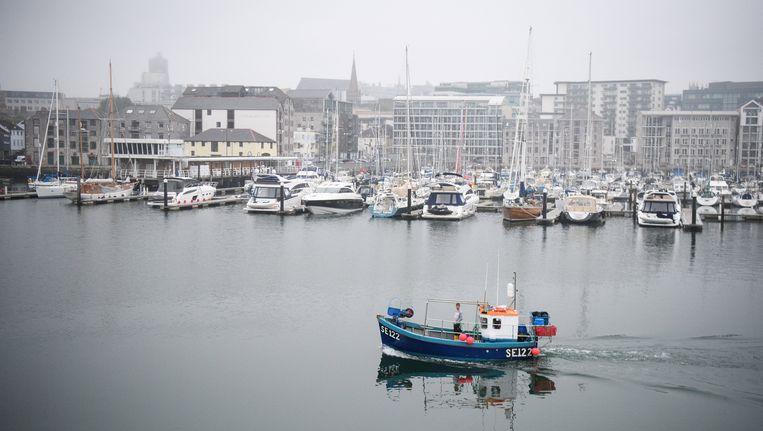 Een vissersboot vaart voor de kust van de Engelse stad Plymouth.