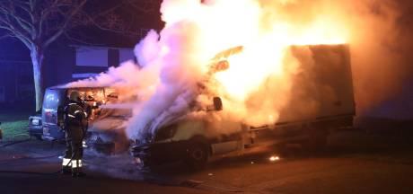 Drie bestelbusjes bij elkaar in brand in Oss, mogelijk aangestoken