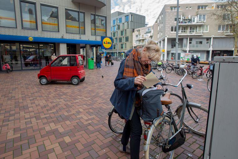 Zwanine Siedenburg gaat langs de deuren in Amsterdam Zuidoost. Beeld Maartje Geels