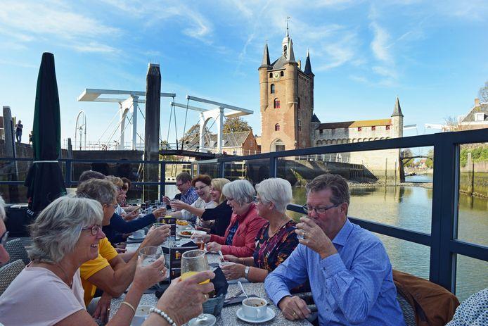 Het terras van Grandcafé de Werf in Zierikzee in betere tijden.