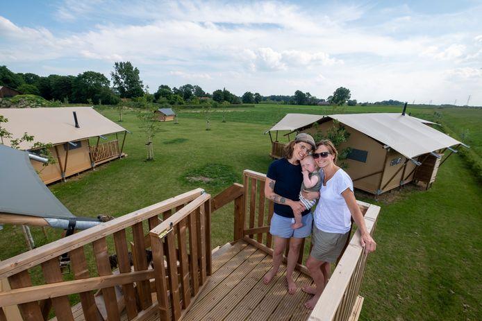Merle Bos (links op foto) is samen met haar vader Herbert mede-eigenaar van recreatiepark 't Lennepserf in Veessen. De glamping-tenten  op het park brengen schade toe aan het half-open landschap, stelt de gemeente Heerde. Daarom worden ze niet gelegaliseerd.