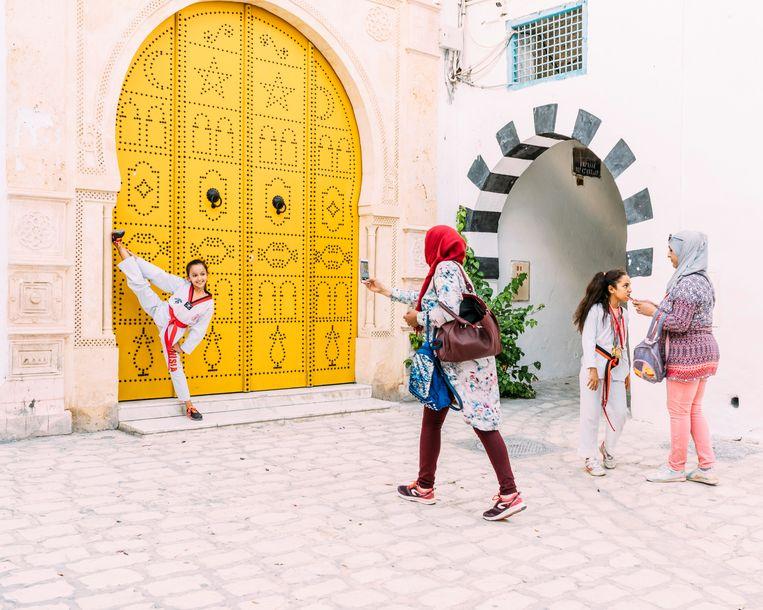 Het leven in de medina. Kinderen laten uit taekwando-skills zien. Beeld Rebecca Fertinel