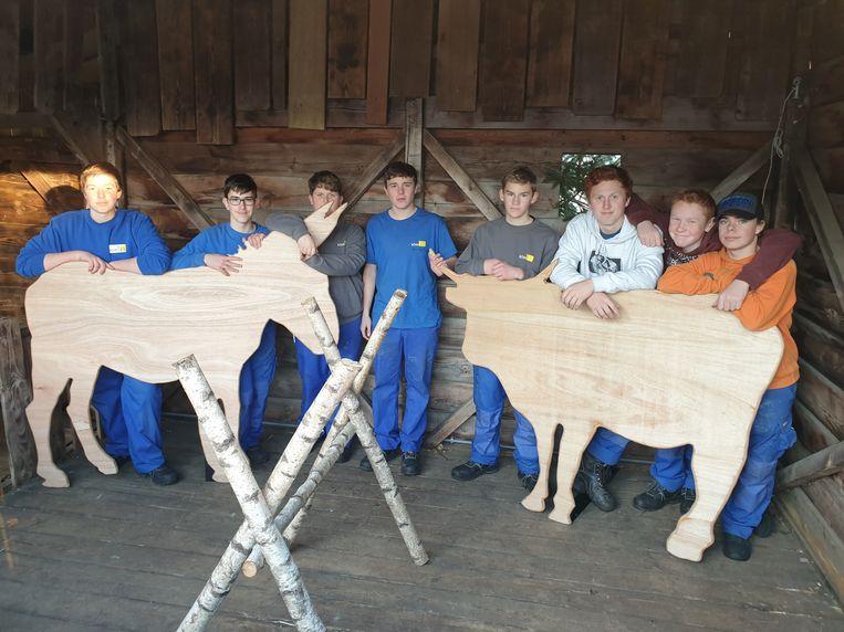 De leerlingen zaagden onder meer de silhouetten van een ezel en een os uit.