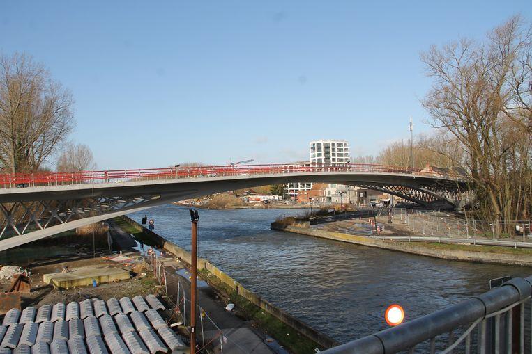 De nieuwe Dorpsbrug in aanbouw in Ingelmunster.