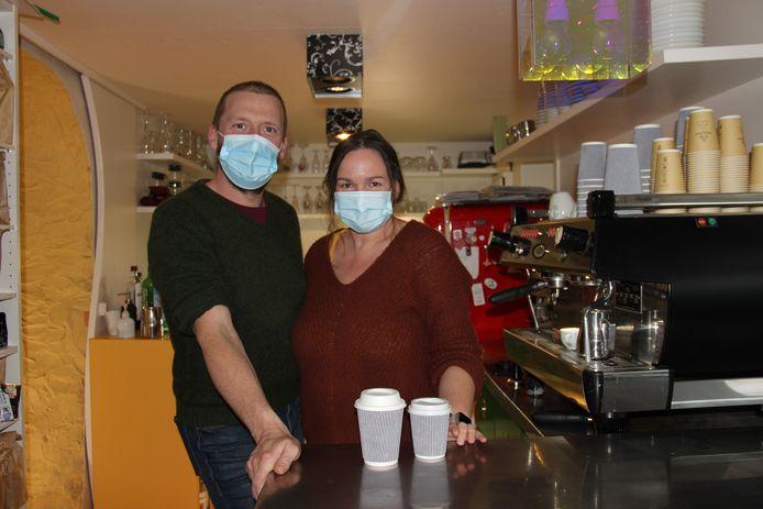 Tom en Machteld van de Horebeekse Boekhandel hebben hun koffiebar tijdelijk afgesloten en bieden momenteel enkel takeaway aan.