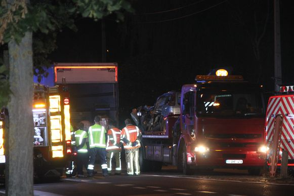 Hulpverleners bij het wrak dat ondertussen is opgetakeld en de aangereden vrachtwagen.