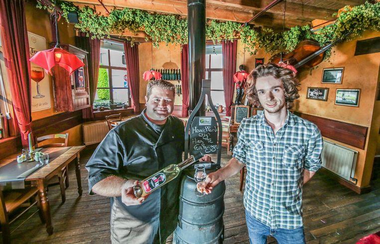 Zaakvoerder Pieter Janssens en medewerker David Chapelle van Den Heksestoel met het het 'Vintje', een streekproduct gemaakt door de vzw Vintage Heuvelland.