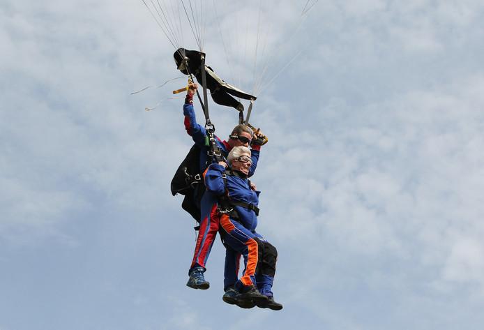De 88-jarige Tanneke Kalwij Rengers Hora Siccama uit Tilburg deed zondag haar allereerste parachutesprong.