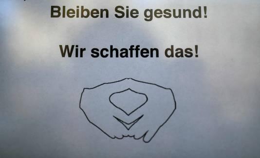 Het typische handgebaar van Angela Merkel is door een winkelier in Dortmund geëtaleerd als teken van hoop.