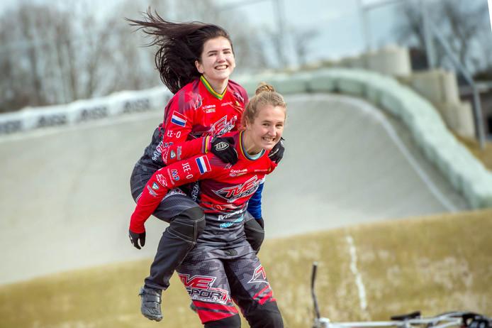 Laura Smulders draagt haar zusje Merel. Beide Horssense BMX'sters rijden in de wereldtop mee.