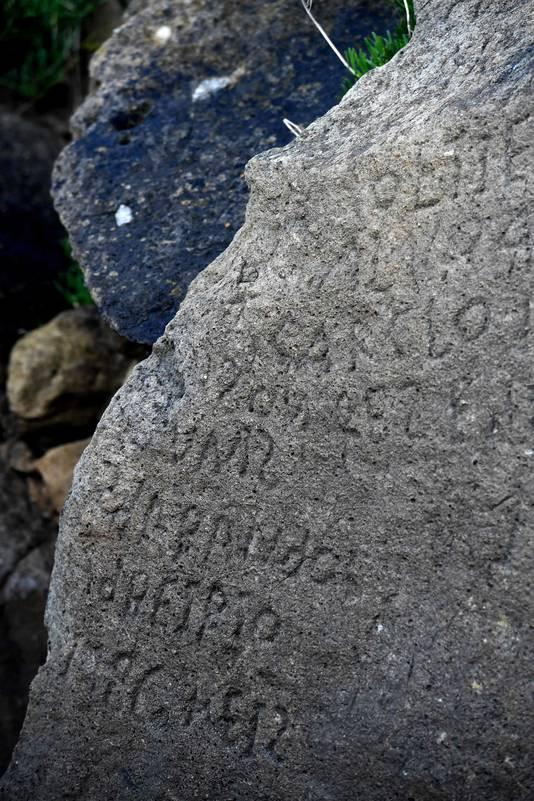 De tekst op de rots is alleen bij laagwater te zien.