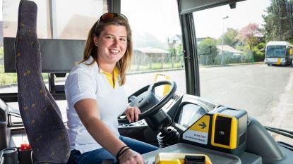"""ZOVEEL VERDIEN IK. Shanie (24) verdient als buschauffeur 400 euro meer dan vroeger: """"Ik denk dat ik dit tot aan mijn pensioen ga doen"""""""