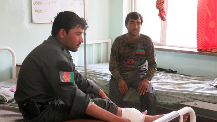Een Afghaanse agent krijgt medische zorg in een lokaal ziekenhuis in Kandahar.