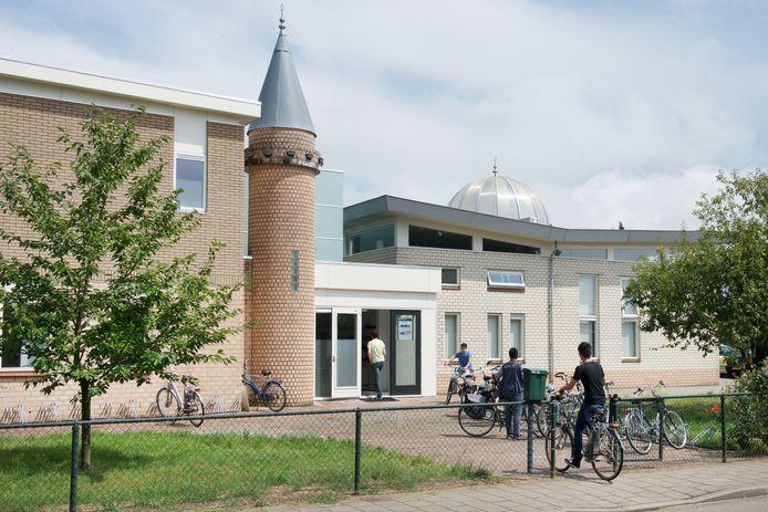 Turkse gelovigen op weg naar het vrijdagmiddaggebed in de moskee aan de Enkweg  in Dieren. Een ontwerp van de nieuwe moskee in Arnhem volgt later.