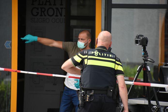 De politie deed sporenonderzoek  bij de Sligro in Gouda