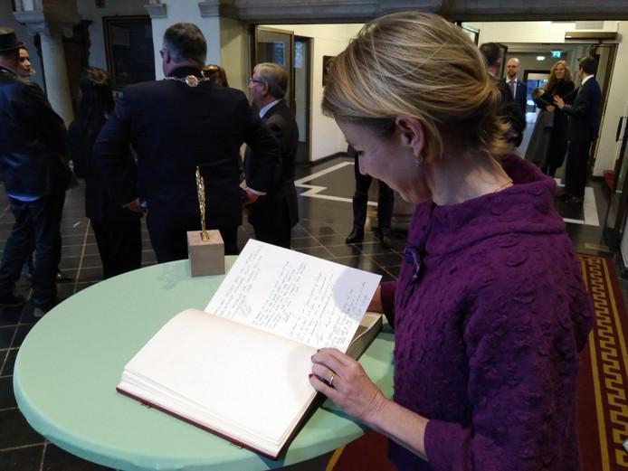 Staatssecretaris Stientje van Veldhoven bekijkt de boodschappen van de andere hoogwaardigheidsbekleders in het Boek van Nijmegen.