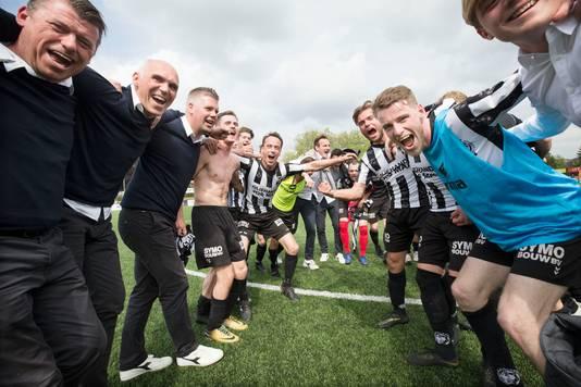 VV Gemert viert de gewonnen wedstrijd tegen Baronie.