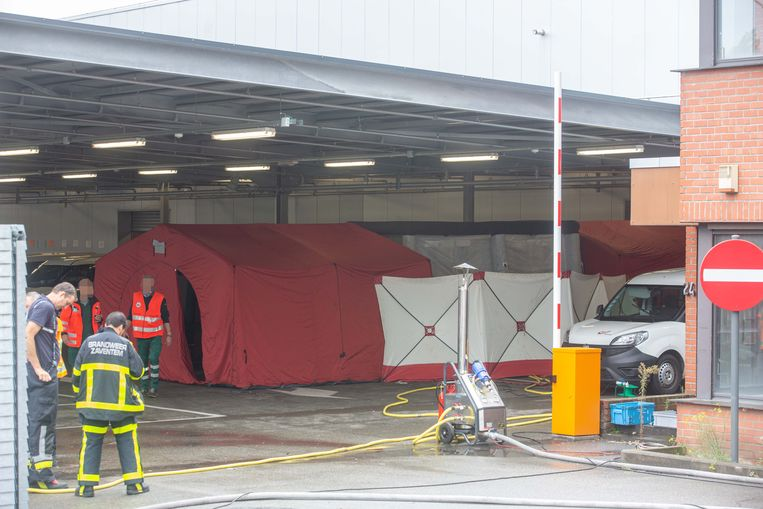 In de rode rechtse tent dienden de werknemers zich uit te kleden om vervolgens in het witte gedeelte een douche te nemen. In de laatste tent konden ze nieuwe kleding aantrekken.
