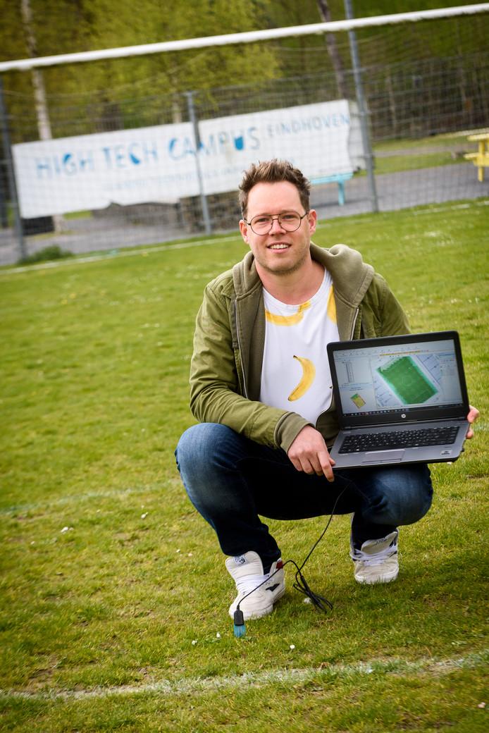 EINDHOVEN - Vanuit de High Tech Campus monitort databioloog uit Budel Joep van Cranenbroek het gras in de Johan Cruijff Arena.