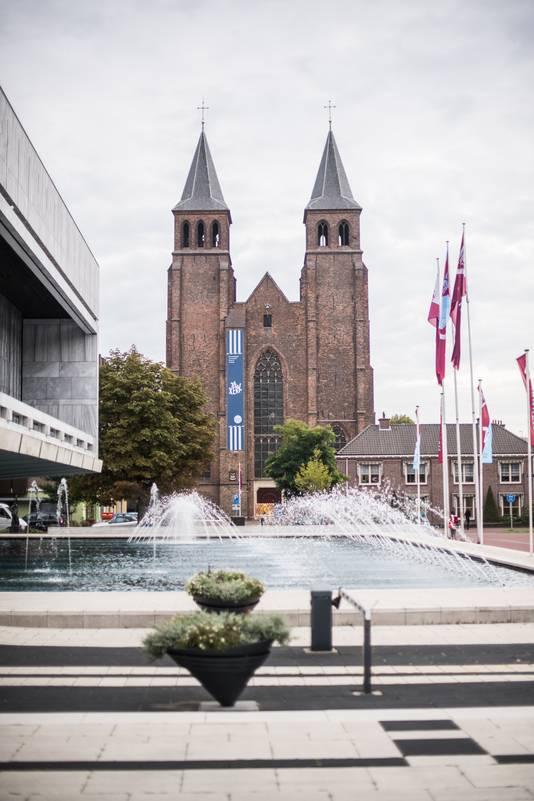 De Walburgiskerk, met op de voorgrond de fontein van het Arnhemse stadhuis.