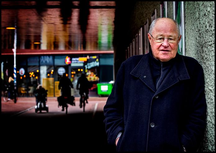 Portret van Rinus Israel in de wijk Mosveld in Amsterdam Noord waar hij vroeger woonde.