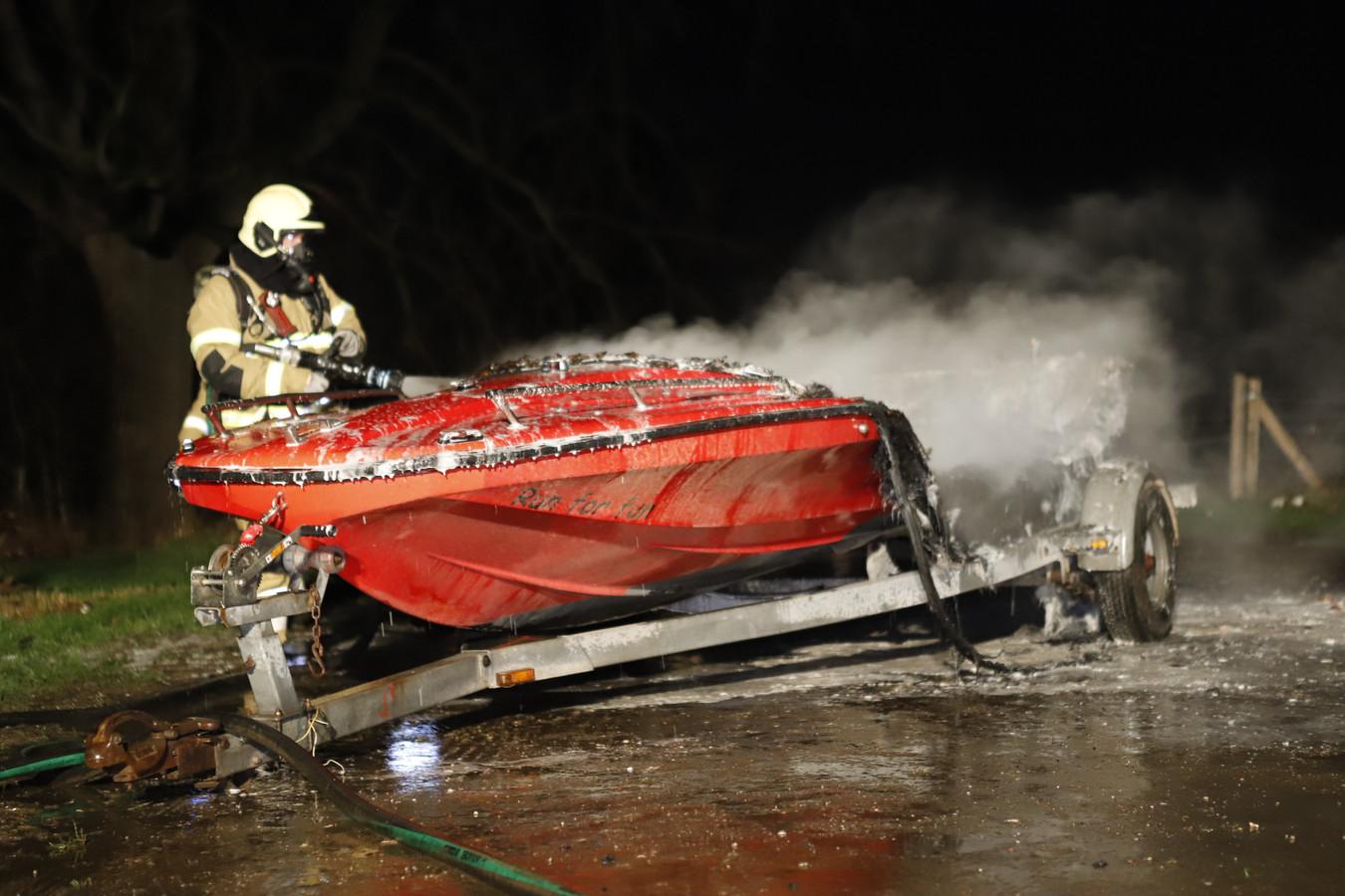 De speedboot is uitgebrand.