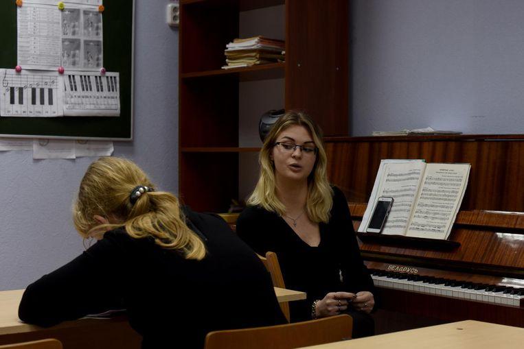Tanja Bogdanova (24) de muziekdocente: 'Het is kalm in het woud. Ik heb geen geldproblemen. Ik ben getrouwd. Om eerlijk te zijn leven we prima.' Beeld Yuri Kozyrev/ Noor