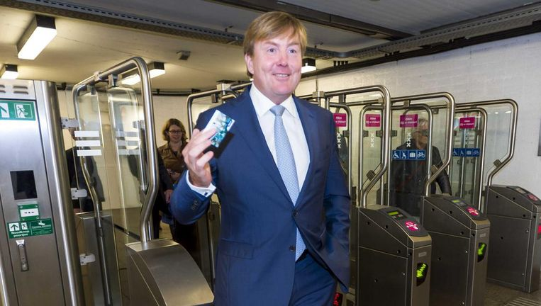Koning Willem-Alexander checkt in met zijn ov-chipkaart bij de metro richting Amsterdam Zuidoost. Beeld anp