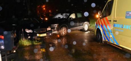Auto botst op stilstaande auto in Hurwenen