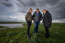 Jan Cees Vogelaar in de Oostvaardersplassen met activiste Annemieke van Straaten en Annie Schreijer Pierik (EU-parlementslid CDA).