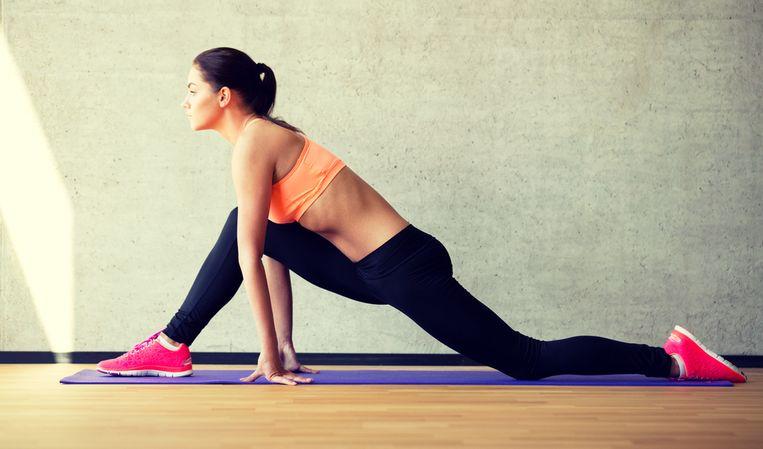 """Is stretchen nu wel of niet goed voor je lijf? De wetenschap raakt er niet uit, maar volgens Lieven Maesschalck kan het zeker geen kwaad om voor je training je spieren goed uit te rekken. """"Zeker is dat je er leniger door wordt."""" Maar helpt stretchen ook tegen spierpijn? En wat zijn nu echt goede oefeningen? Lieven geeft raad."""