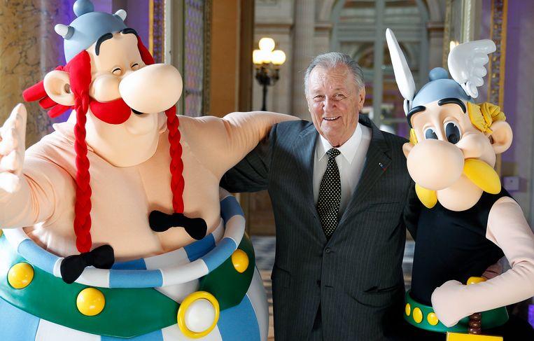 Cartoonist Albert Uderzo met Asterix (R) en Obelix (L) in 2015. Beeld Getty