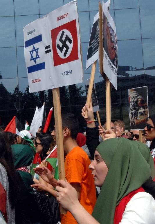 Demonstranten tonen hakenkruisen.