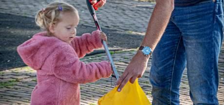 Gewapend met grijpers houden deze Tilburgers zelf de stad schoon: 'Dweilen met de kraan open, maar we doen ons best'