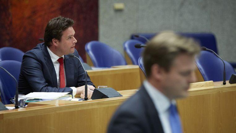 Staatssecretaris Weekers (l) en op de voorgrond CDA-Kamerlid Pieter Omtzigt. Beeld ANP